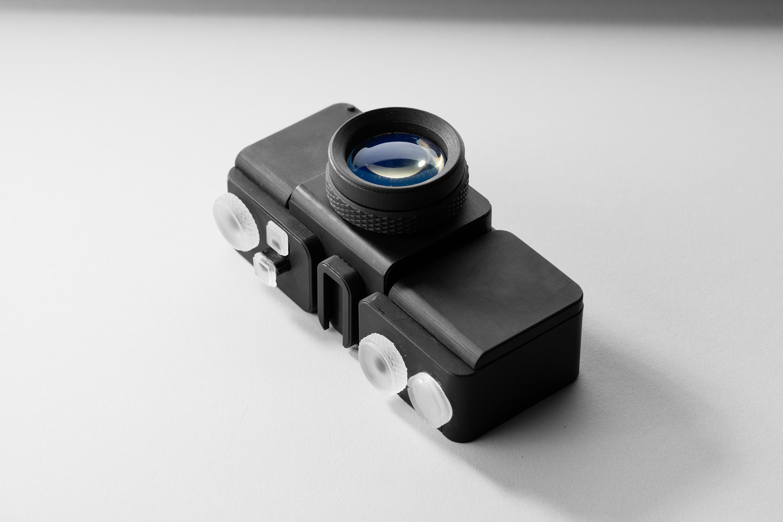 Vollständig aus Standard-Kunstharzen gefertigte Kamera einschließlich auswechselbarer, optisch transparenter Linsen. [Hier](/blog/creating-camera-lenses-with-stereolithography/). finden Sie eine Beschreibung des Herstellungsprozesses.