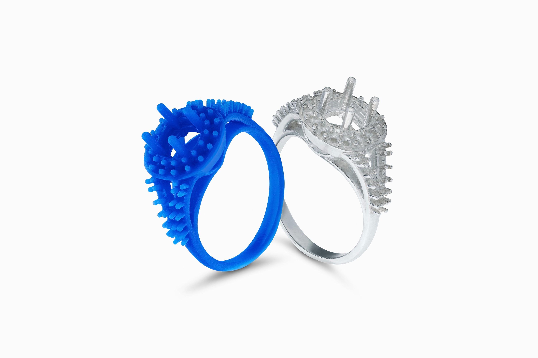 Aus Gussfähigem Kunstharz für den Feinguss gedrucktes Schmuckteil und fertiger Ring.