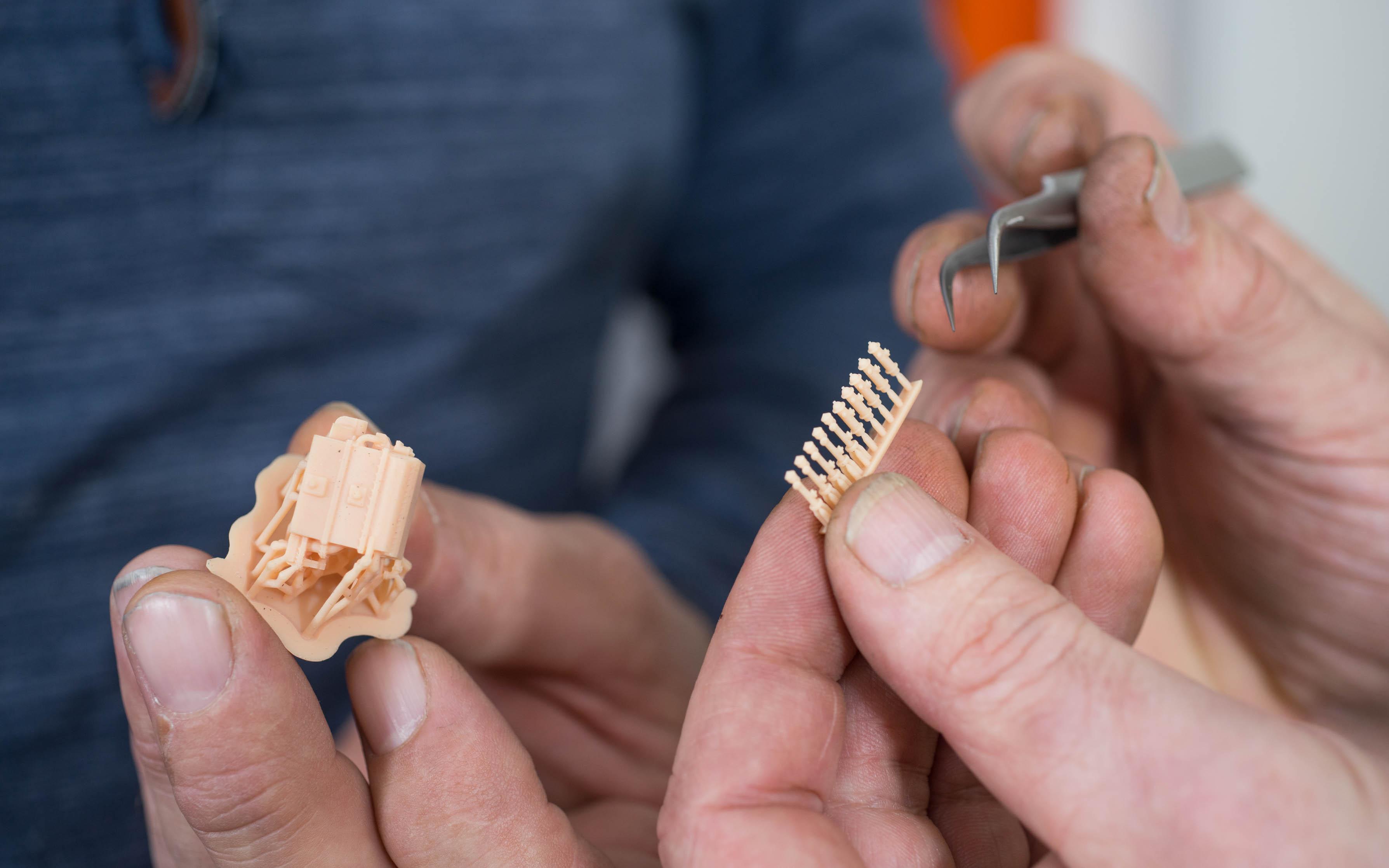 Komplexes Modell mit vielen Hinterschneidungen (links) und Kleinsteile (rechts), mit Formlabs' präzisestem Material Modell Kunstharz und einer Auflösung von 50 und 25 Mikron. Foto: Ken Giang