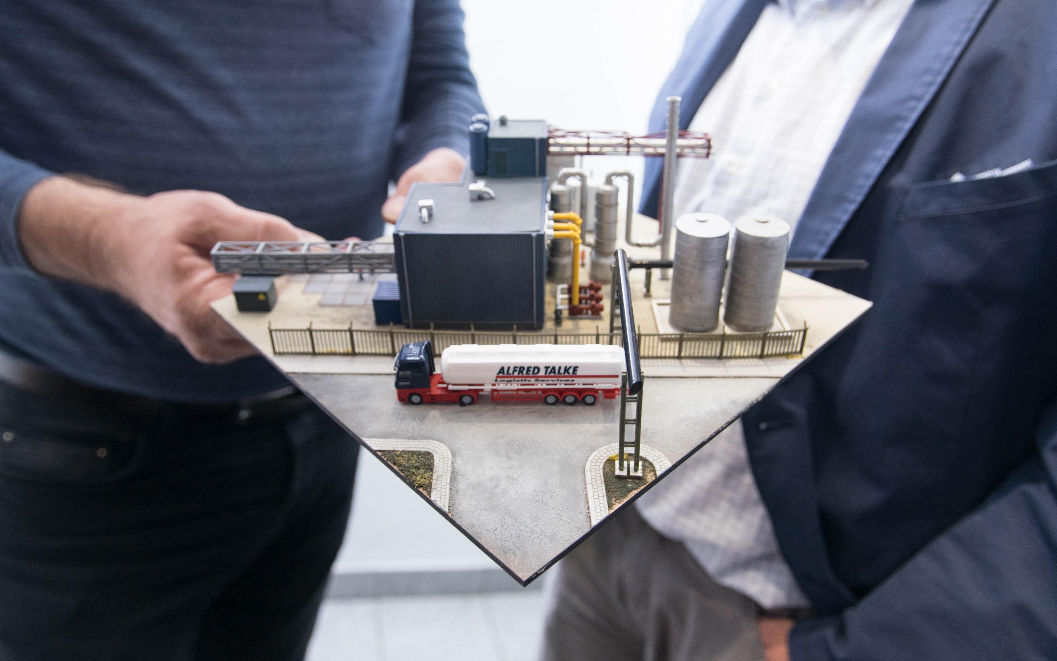 Ein industrielles Diorama von DM-Toys mit zum Großteil 3D-gedruckten Teilen, ergänzt um Modelle, die mit Lasercutting und Spritzguss angefertigt wurden. Foto: Ken Giang
