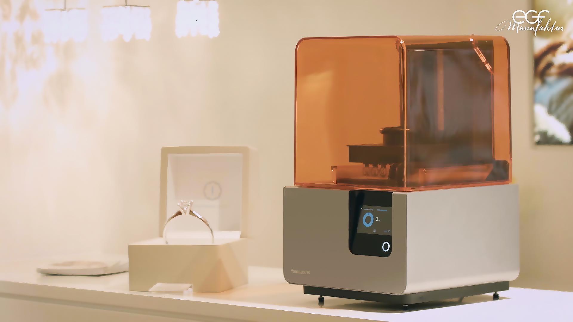 Der 3D-Drucker Form 2 spielt im Kampagnenfilm von EFG Manufaktur eine große Rolle: 3D-gedruckte Proben helfen bei der Beratung und Anprobe.