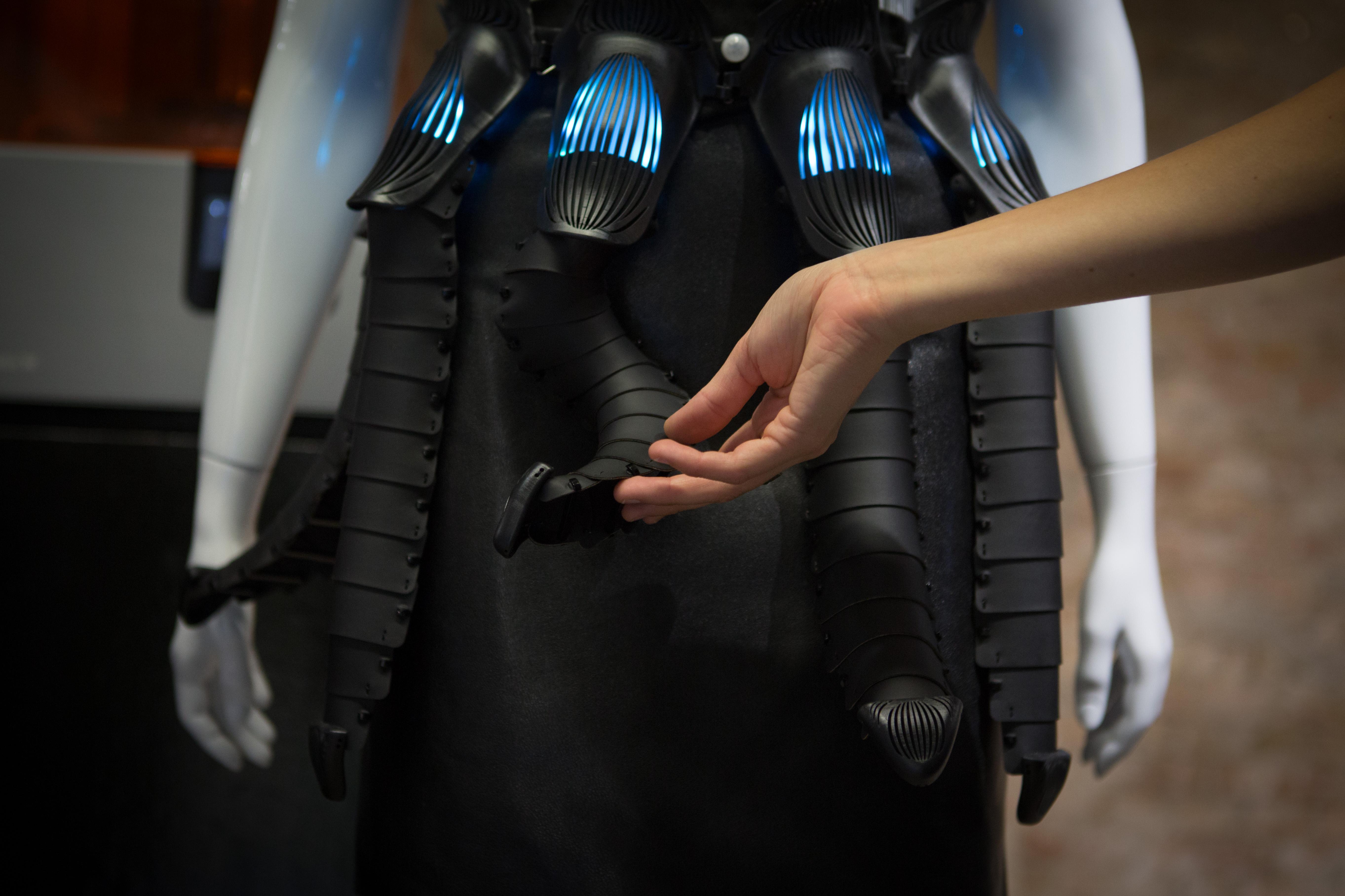 Das Parallax Dress verbindet das Konzept Artifical Intelligence mit hochpräziser Technologie: Die 3D-gedruckten Gehäuse am Gürtel bergen Infrarotsensoren, Motoren und Microcontroller für die umgebungsabhängige Bewegung.