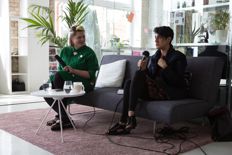 Lisa von ElektroCouture diskutiert mit Nina von Project Jacquard by Google über die Kollaboration von Google und Levi's während der Fashion Week Berlin 2017. Nina trägt die Levi's Jacke, die sich drahtlos mit dem Handy verbinden lässt.