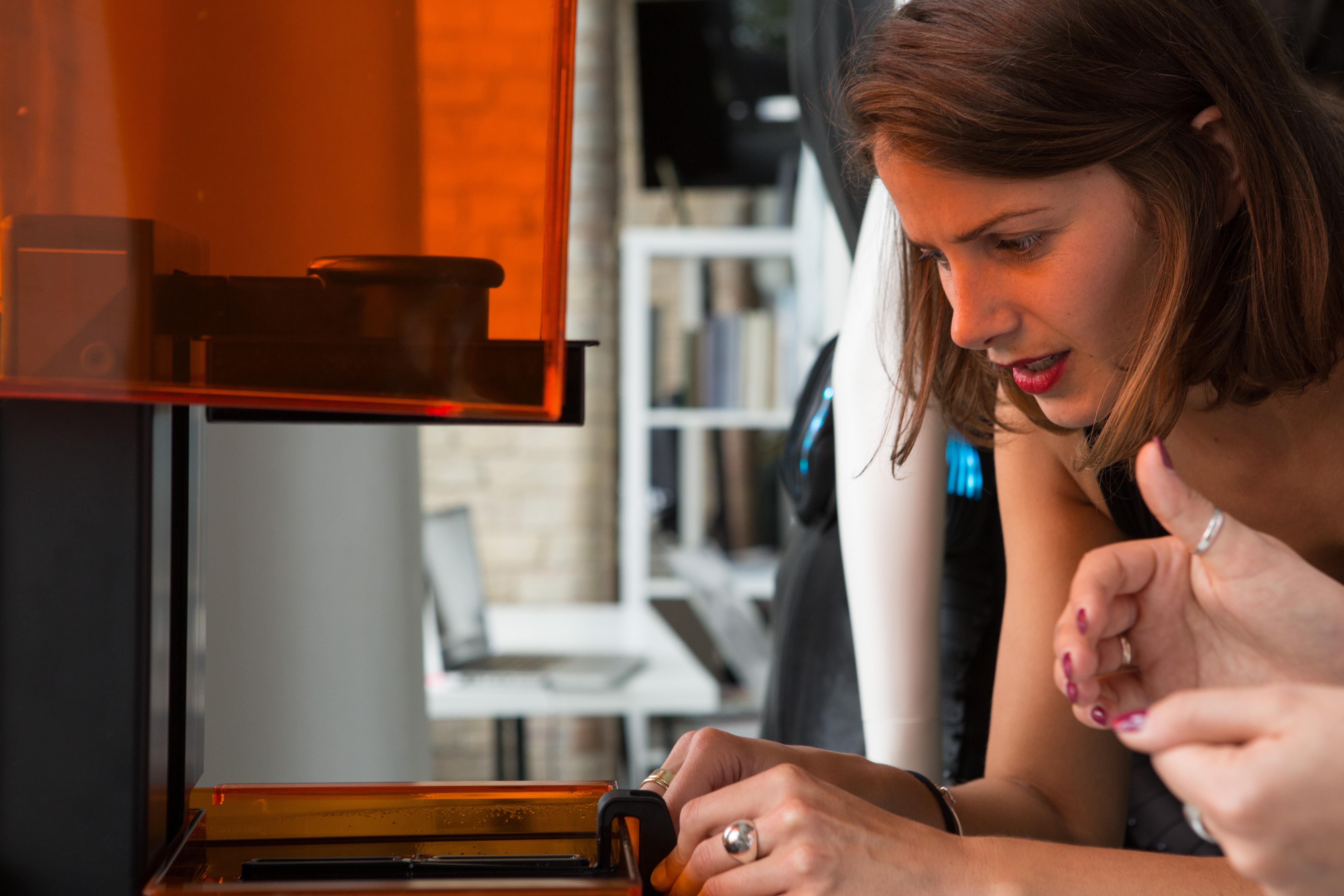 Lina am Form 2 3D-Drucker, den sie für das Parallax Dress und die Voronoi Kette nutzte.