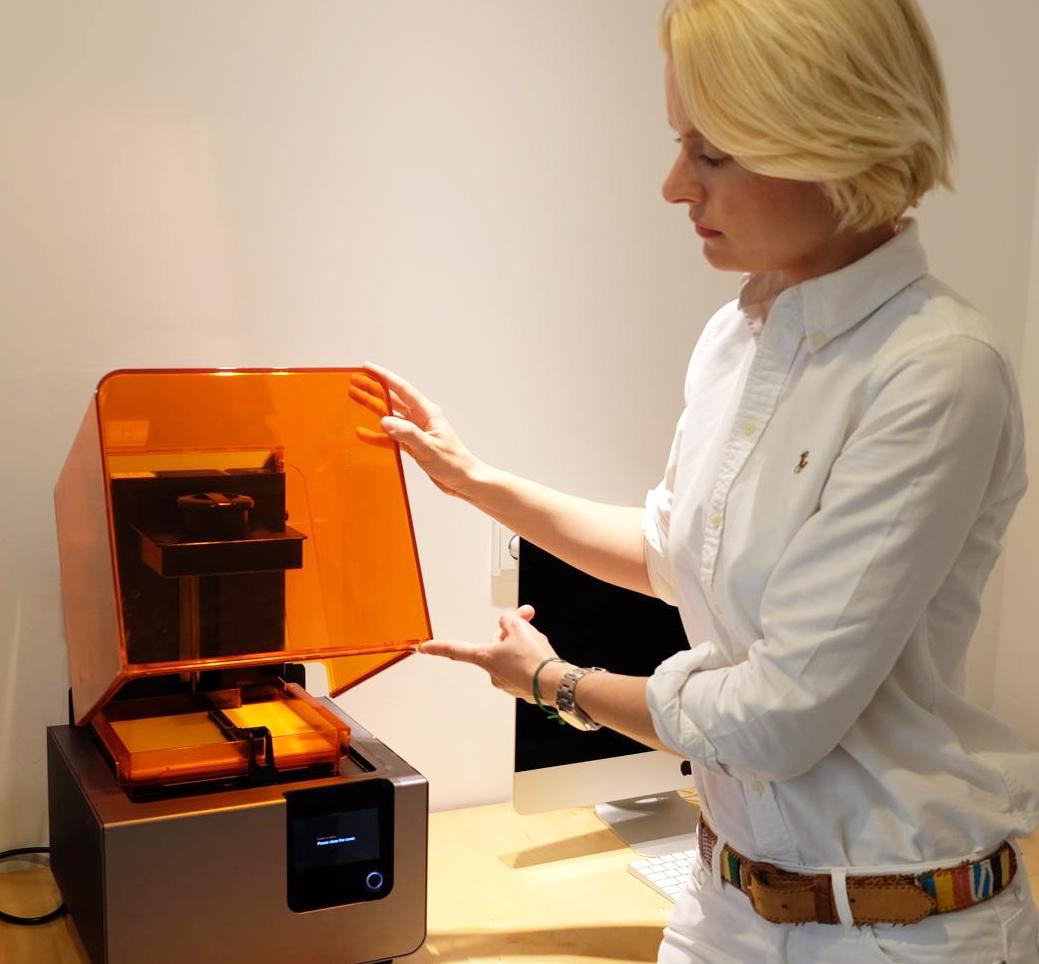 Die Kieferorthopädin Dr. von Dörnberg zu Hausen mit ihrem platzsparenden Desktop SLA 3D-Drucker Form 2. Foto: Barbara Schneider.