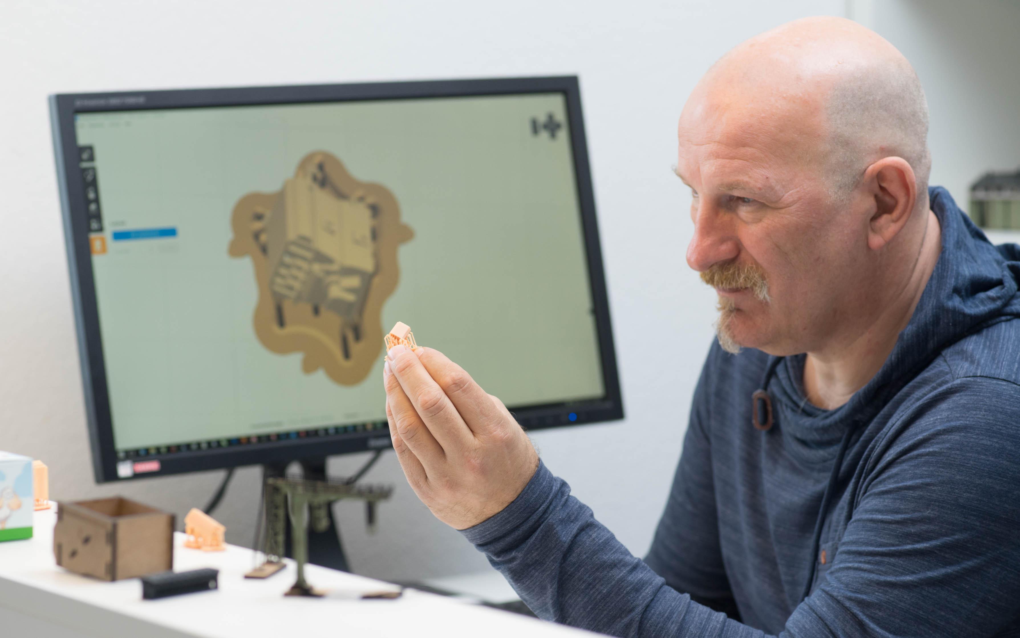 Joep Stienen ist Produktionsleiter bei DM-Toys und nutzt CAD/CAM mit 3D-Druck für die Entwicklung und Produktion von Modellen wie diesem Kompressor, auf dem Bildschirm in der Software PreForm. Foto: Ken Giang