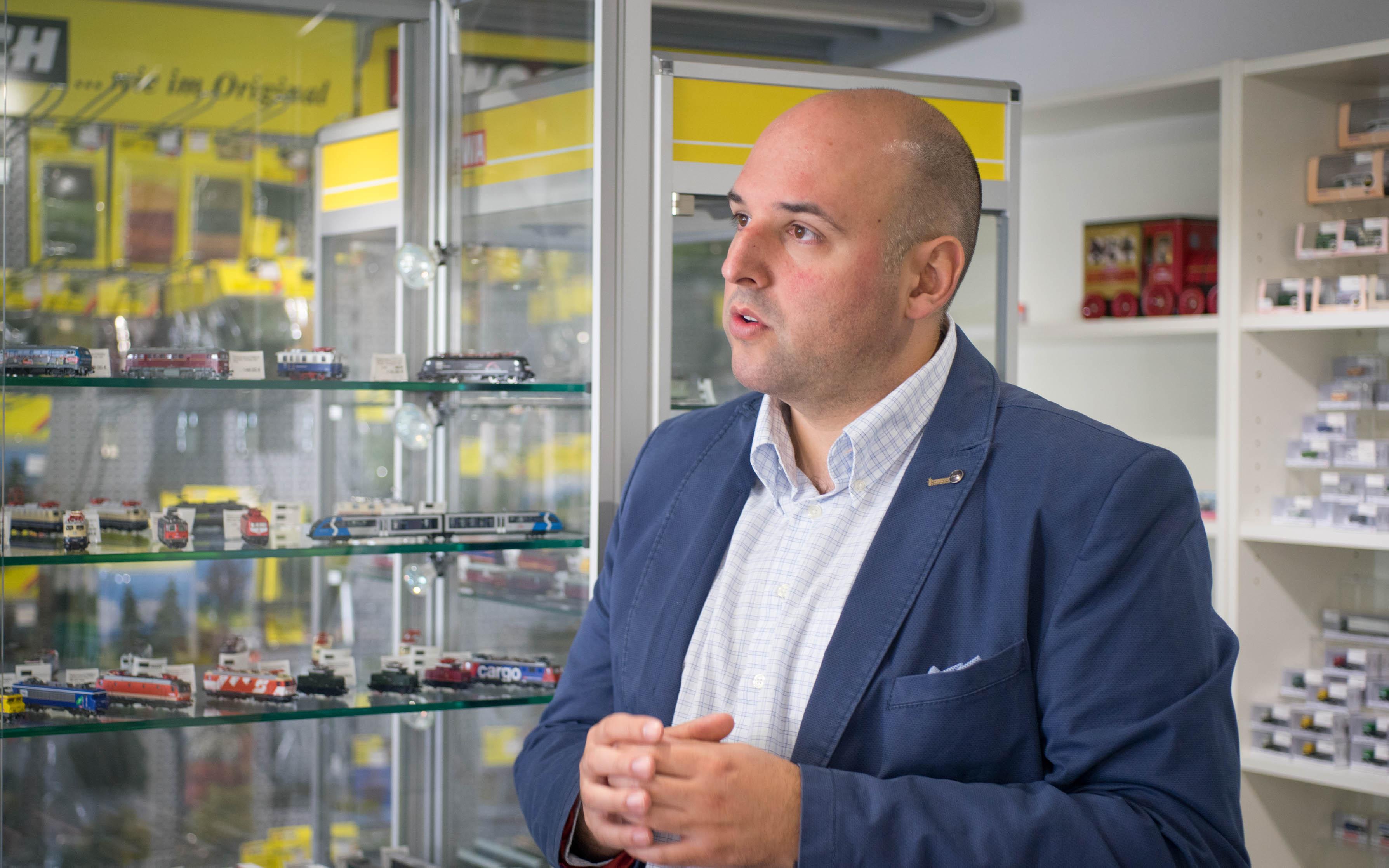 Daniel Mrugalski ist leidenschaftliche Eisenbahner und Geschäftsführer von DM-Toys, dem europäischen Marktführer für N-Spur (1:160). Foto: Ken Giang