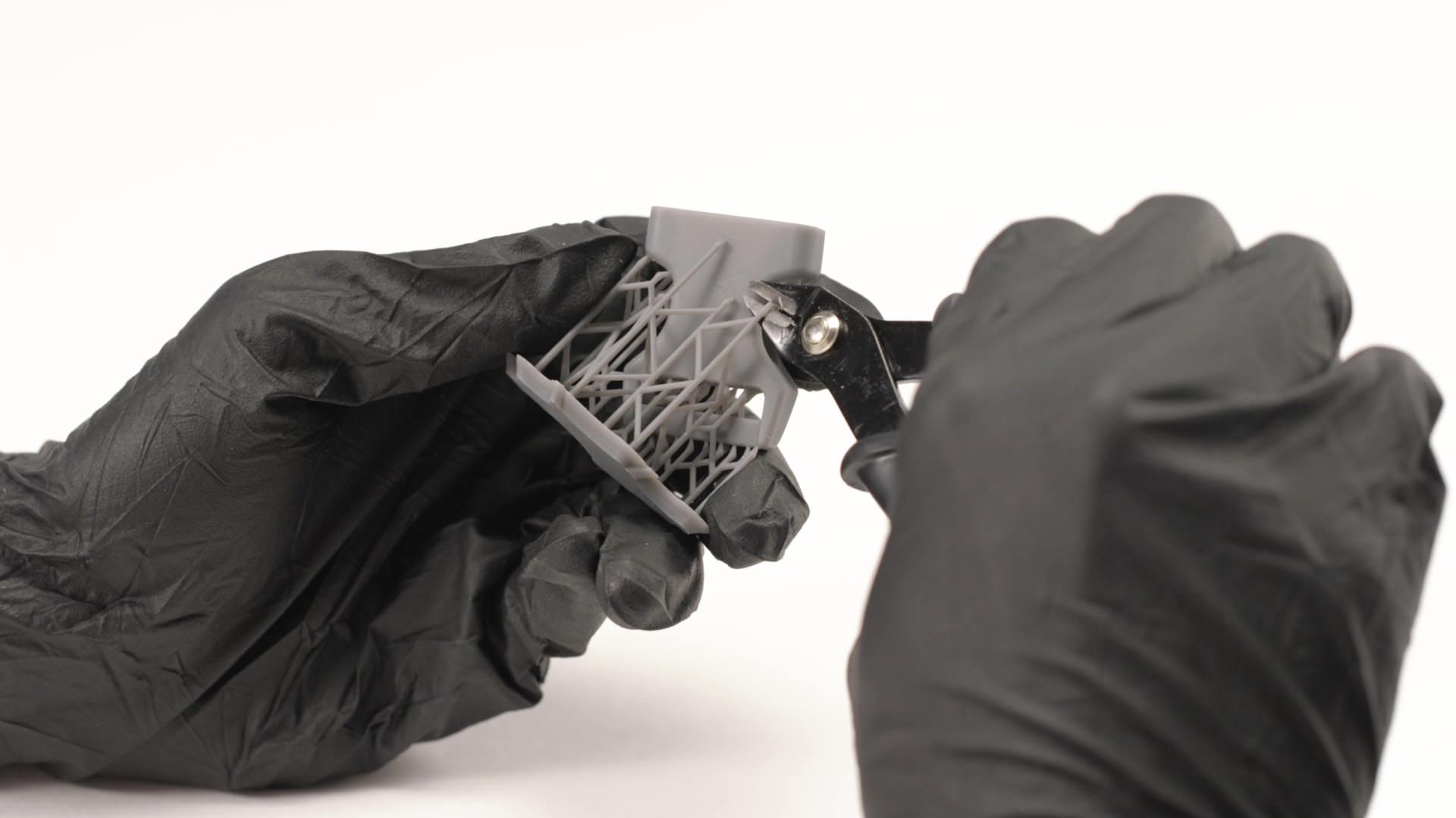 Finition d'un pièce imprimée en 3D par SLA.