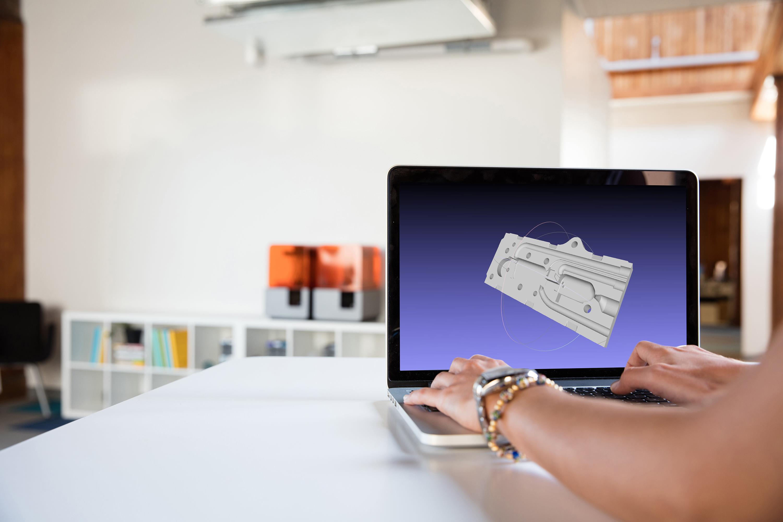 Konstruieren Sie Ihr Modell mit einer beliebigen Software für rechnergestütztes Design (CAD) und exportieren Sie es in einem für den 3D-Druck geeigneten Dateiformat.