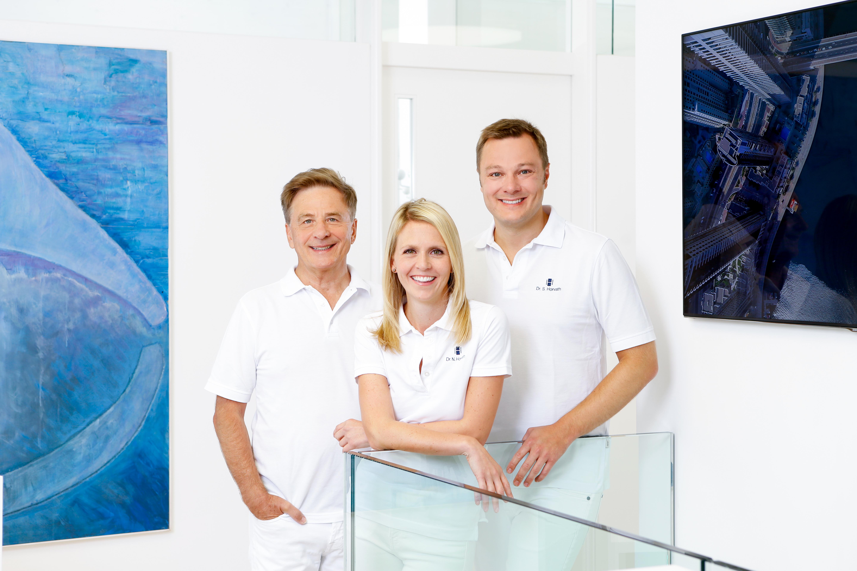 Der Zahnarzt Dr. Sebastian Horvath (rechts) in der familiengeführten Gemeinschaftspraxis mit seiner Frau, Dr. Nicole Horvath, Kieferorthopädin, und seinem Vater, Dr. Domonkos Horvath, ebenfalls Zahnarzt.