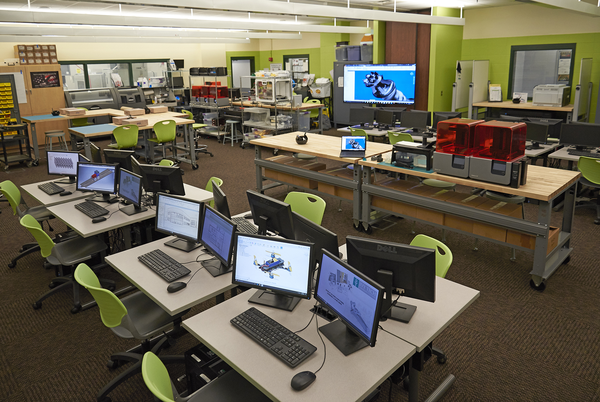 Desks set up in pods in Ivy Tech's fab lab space.