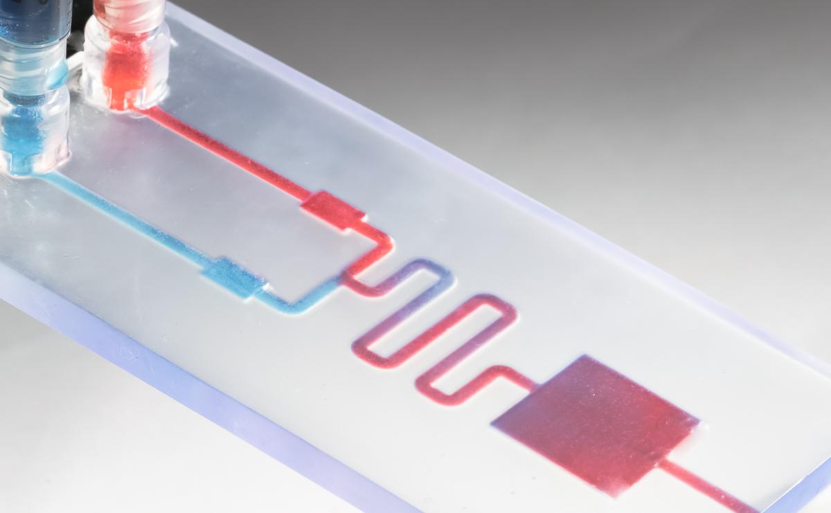 Pièce millifluidique permettant le transfert et le mélange de liquides, imprimés avec la résine classique transparente.