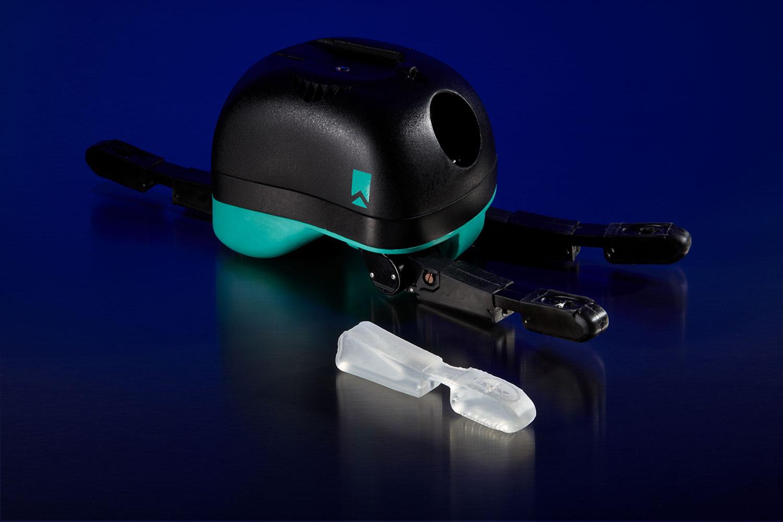 La ReFlex Hand, una pinza robotica progettata da RightHand Robotics, e il prototipo di un dito stampato in 3D sulla Form 2 utilizzando l'Elastic Resin.